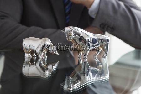 oficina riesgo oso toro reflexion perdida