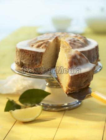 tarta de limon con una pieza