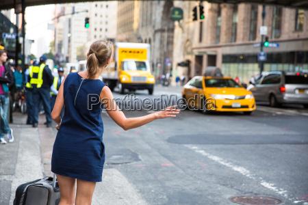 chica llamando llamando taxi en