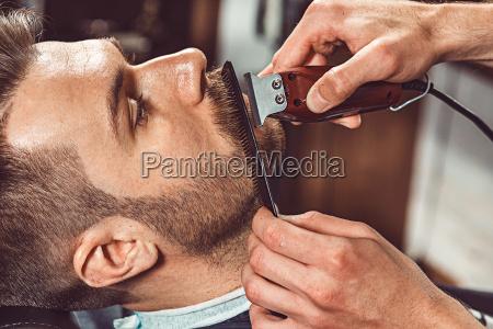 cliente hipster visitando barberia