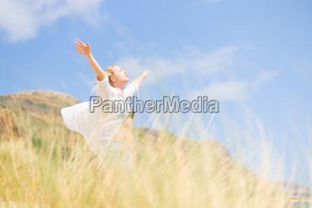 mujer feliz libre disfrutando de sol