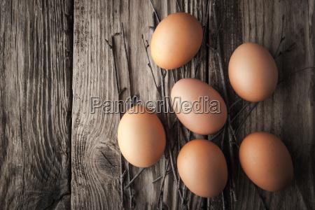 huevos de pollo en una mesa