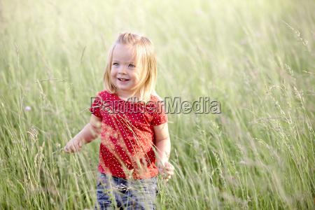 chica en prado