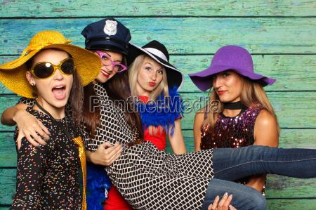 4 damas finas con sombreros delante