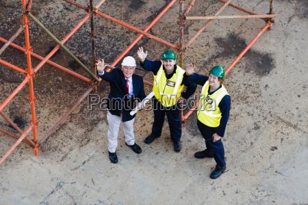 trabajadores saludando desde el dique seco