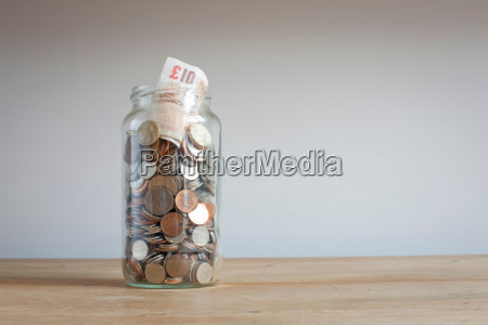 tarro de ahorros en el escritorio