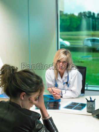 doctor de sexo femenino que se