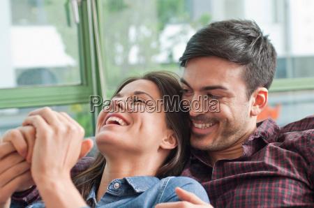 joven pareja romantica de risa en