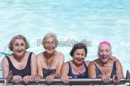 retrato de cuatro mujeres mayores en