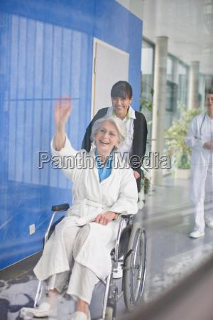 mujer silla de ruedas risilla sonrisas