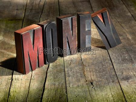 bloques de madera que deletrean dinero