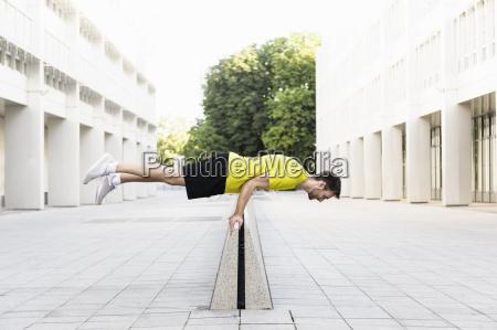 joven balanceando horizontalmente en el divisor