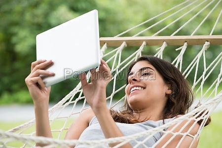 mujer tumbada en una hamaca mirando
