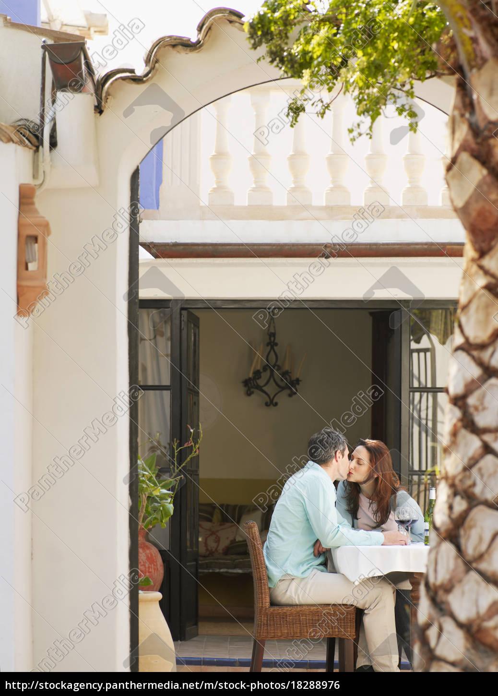 pareja, sentada, en, terraza, jardín - 18288976