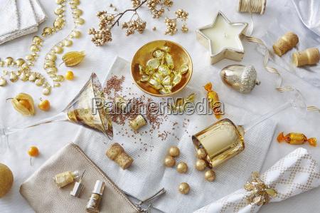 bodegon de color blanco y dorado