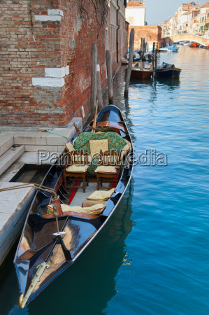 barco de remos atracado en canal
