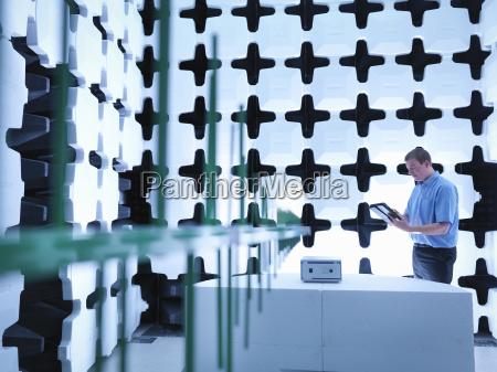 ingeniero revisando el equipo bajo prueba