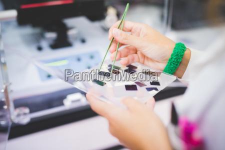 cientista femea que usa o espectrofotometro