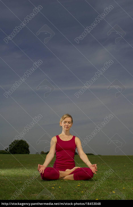 mujer, haciendo, yoga, en, el, parque - 18453048