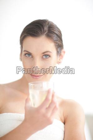 mujer risilla sonrisas beber bebida estilo