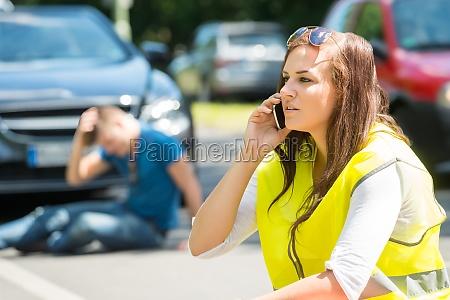 mujer hablando en el telefono celular