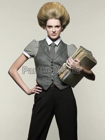 mujer, empresaria, sosteniendo, archivos - 18605438