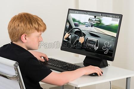 ninyo jugando juego de coches en