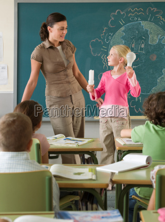 profesor educacion femenino marcador bombilla polucion