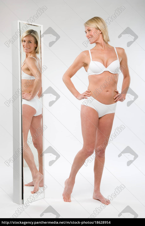 una, mujer, mirando, en, un, espejo - 18628954