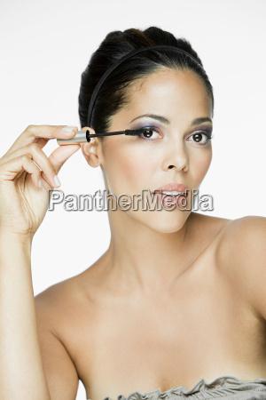 mujer, glamorosa, aplicando, rímel - 18658136