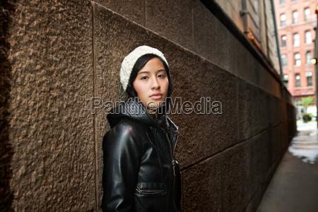 mujer femenino retrato pared al aire