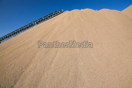cinturon transportador sobre monticulo de arena