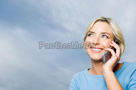 mujer usando telefono celular