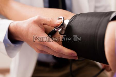 medico de mediana edad con estetoscopio