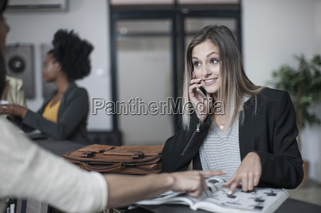 mujer hablar hablando habla charla risilla