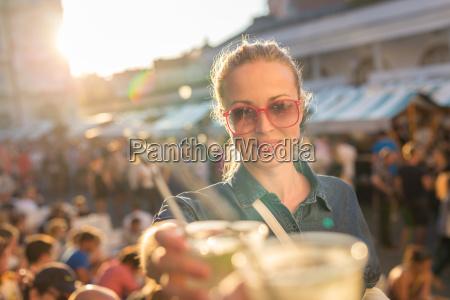 hermosa joven tostado en evento urbano