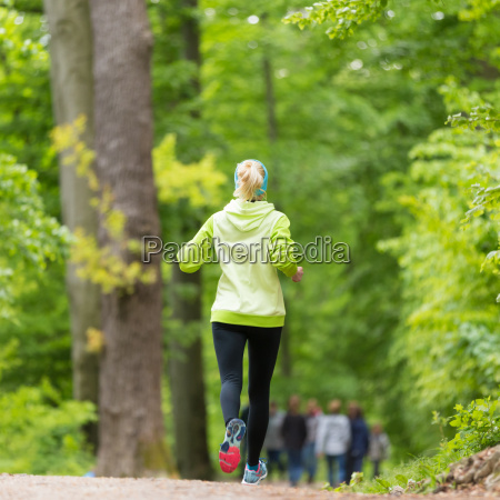 corredor femenino joven deportivo en el