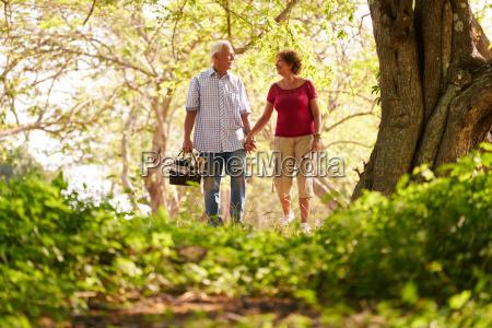 hombre mayor mujer vieja pareja haciendo