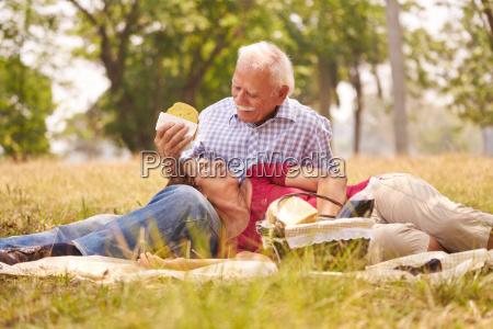viejo pareja senior hombre y mujer