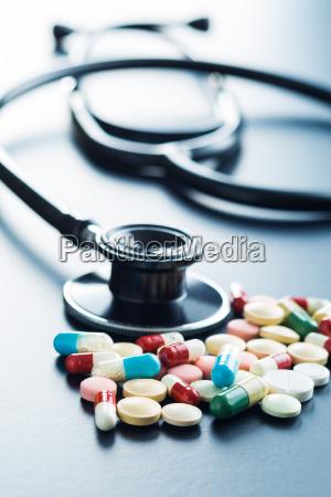 estetoscopio y pastillas