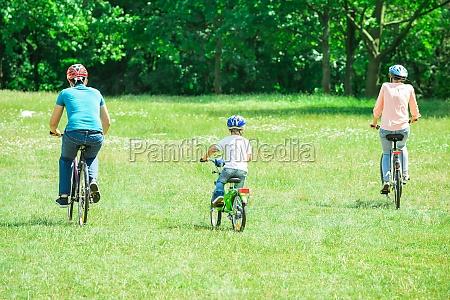 familia montando la bicicleta en el