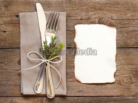 configuracion de mesa rustica y papel