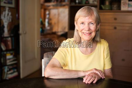 mujer madura segura sentada en la