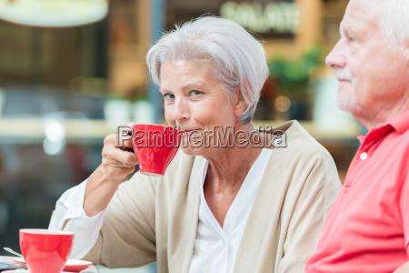 seniorer drikker en kop kaffe
