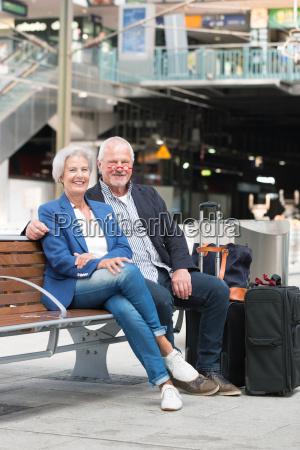 seniorer pa en jernbanestation