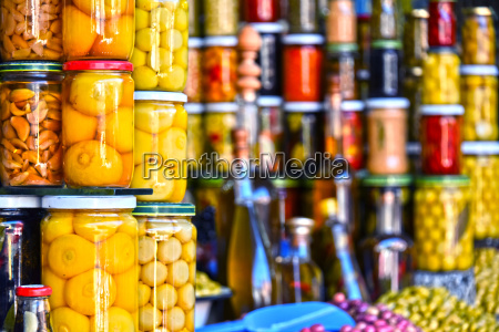 jarras de comida conservada en el