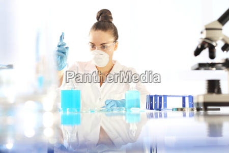 el quimico examina la muestra bajo