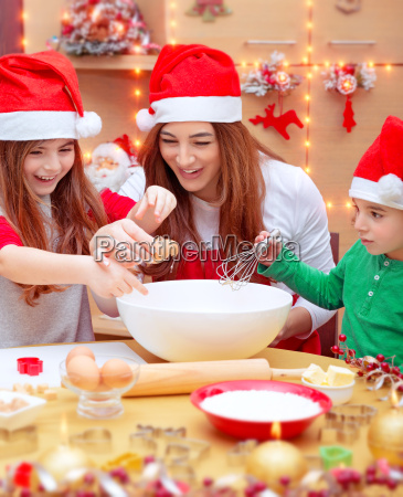 feliz familia preparando para la navidad