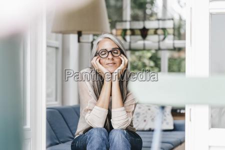 mujer relajandose con la cabeza en