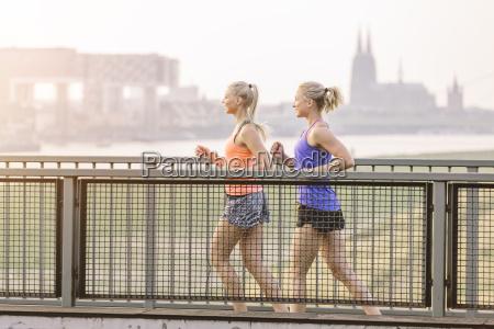 dos mujeres jovenes corriendo en el